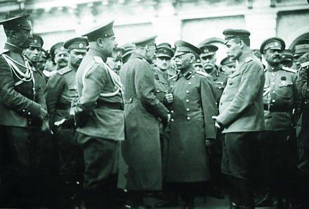 Генералы Деникин и Алексеев среди офицеров царской армии.